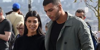 Younes Bendjima sepertinya masih kesulitan untuk move on dari Kourtney Kardashian. (Life & Style)