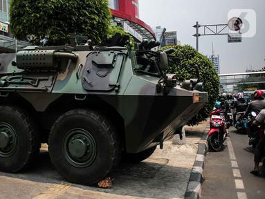 Kendaraan taktis milik TNI, Panser Anoa terparkir di kawasan LTC Glodok, Jakarta, Jumat (18/10/2019). Penjagaan tersebut guna memberikan rasa aman bagi masyarakat menjelang pelantikan presiden dan wakil presiden terpilih, 20 Oktober 2019. (Liputan6.com/Faizal Fanani)