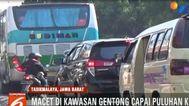 Siang tadi tadi, arus kendaraan yang menuju ke arah Bandung dan Jakarta, sudah terjebak kemacetan.