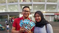Fans tim nasional Indonesia, Nadhio Andromeda, datang bersama istri untuk menonton pertandingan timnas Indonesia melawan Filipina di Stadion Utama Gelora Bung Karno, Jakarta, Minggu (25/11/2018). (Bola.com/Zulfirdaus Harahap)