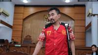 Siang tadi, guru spiritual artis itu datang mengenakan rompi tahanan warna merah. Ia mengaku tergangu dengan kamera wartawan yang terus menyorotnya. (Adrian Putra/Bintang.com)