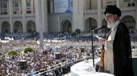 Pemimpin tertinggi Iran Ayatollah Ali Khamenei membawa senapan saat menyampaikan kutbah Idul Fitri di Imam Khomeini Mausoleum, Teheran, Rabu (5/6/2019). Khamenei menyinggung inisiatif perdamaian Palestina-Israel yang digagas Presiden AS Donald Trump. (HO/Iranian Supreme Leader's Website/AFP)