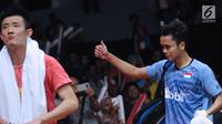 Tunggal putra Indonesia, Anthony Sinisuka Ginting (kanan) usai mengalahkan Chen Long (China) pada perempat final Indonesia Masters 2018 di Istora Senayan, Jakarta, Jumat (26/1). Anthony unggul 21-11 16-21 21-18. (Liputan6.com/Helmi Fithriansyah)