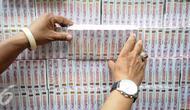 Petugas memperlihatkan rokok ilegal yang telah terkemas di Kantor Dirjen Bea Cukai, Jakarta, Jumat (30/9). Rokok ilegal ini diproduksi oleh mesin dengan total produksi 1500 batang per menit. (Liputan6.com/Faizal Fanani)