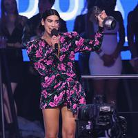 Penyanyi cantik asal Inggris Dua Lipa saat meraih Penghargaan Best Pop selama MTV Europe Music Awards 2018  di Bilbao, Spanyol (4/11).  (AP Photo/Stuart Wilson)
