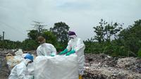 Tim KLHK menyegel enam gudang penyimpanan limbah medis yang diduga milik anggota TNI, tapi warga menyebut ada lima gudang lain yang luput. (Liputan6.com/Panji Prayitno)
