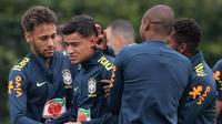 Pemain timnas Brasil Neymar dan rekan setimnya menjaili Philippe Coutinho saat sesi latihan di London, Inggris (29/5). Neymar dan rekan-rekannya melakukan latihan jelang pertandingan persahabatan melawan Kroasia. (AP / Kirsty Wigglesworth)