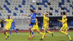 Pemain Swedia Filip Helander (kedua kanan) memperebutkan bola dengan pemain Kosovo  Benjamin Kololli (tengah) pada pertandingan Grup B kualifikasi Piala Dunia 2022 di Stadion Fadil Vokrri, Pristina, Kosovo, Minggu (28/3/2021). Swedia menang 3-0. (AP Photo/Visar Kryeziu)