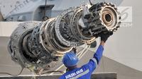 Petugas dibantu alat berat truk mengangkat mesin turbin pesawat Lion Air PK-LQP JT610 di posko evakuasi JICT 2, Tanjung Priok, Jakarta, Minggu (4/11). Mesin tersebut ditemukan di perairan Tanjung Karawang. (merdeka.com/Iqbal S. Nugroho)