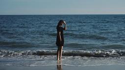 Tak melulu pakaian dengan motif. Dirinya juga kerap menggunakan pakaian polos. Pada kesempatannya berkunjung ke pantai ini saja, dirinya justru mengenakan kaus hitam. Namun gaya santainya ini tetap keren, kan. (Liputan6.com/IG/@pammybowie)