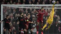 Kiper Atletico Madrid, Jan Oblak berusaha menipis bola saat bertanding melawan Liverpool pada leg kedua 16 besar Liga Champions di Anfield, Inggris (11/3/2020). Jan Oblak tampil gemilang saat Atletico Madrid mengalahkan Liverpool 3-2. (AFP/Javier Soriano)