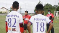 Pelatih Jacksen Tiago dan pemain Persipura menunggu jawaban Persebaya untuk uji coba di Sidoarjo. (Bola.com/Gatot Susetyo)