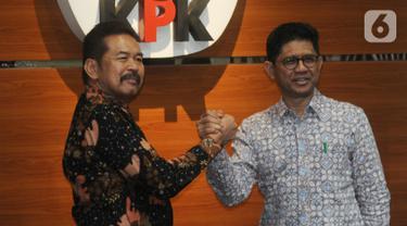 Jaksa Agung ST Burhanudin (kiri) menjabat tangan Wakil Ketua KPK Laode Muhammad Syarif saat mendatangi Gedung KPK, Jakarta, Jumat (8/11/2019). Pertemuan itu membahas sinergi dalam penanganan pemberantasan tindak korupsi antara KPK dan Kejaksaan Agung. (merdeka.com/Dwi Narwoko)