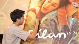Pemeran film Dilan 1991, Iqbaal Ramadhan menandatangani poster film di Kemang, Jakarta, Kamis (17/1). OT Group, melalui wafer TANGO menggandeng Film Dilan 1991. (Kapanlagi.com/ Adrian Utama Putra)