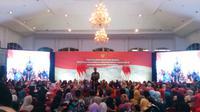 Presiden Jokowi menyerahkan bantuan sosial Program Keluarga Harapan (PKH) dan Bantuan Pangan Nontunai (BNPT) kepada 1.000 orang warga Depok, Jawa Barat. (Merdeka.com/Titin Supriatin)