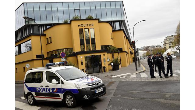 Para pemain sepak bola timnas Jerman yang akan berlaga di pertandingan persahabatan melawan Prancis dievakuasi dari Hotel Molitor, Paris tempat mereka mengiunap karena ancaman bom, Jumat (13/11/2015).