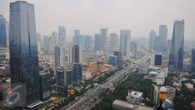 Suasana gedung bertingkat nampak dari atas di kawasan Jakarta, Senin (7/11). Badan Pusat Statistik (BPS) melaporkan pertumbuhan ekonomi nasional pada kuartal III 2016 mencapai 5,02 persen (year on year). (<a href=