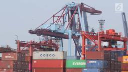 Aktivitas di Jakarta International Container Terminal, Jumat (15/3). BPS mencatat impor pada Februari 2019 turun tajam 18,61 persen menjadi US$12,2 miliar dibanding bulan sebelumnya US$14,99 miliar. (Liputan6.com/Helmi Fithriansyah)