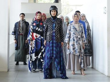 Model berjalan di catwalk pada pembukaan Muslim Fashion Festival Indonesia (Muffest) 2020 di Aquatic Stadium, GBK Senayan, Jakarta, Jumat (30/8/2019). Sebelas desainer kenamaan dunia fashion muslim tanah air ikut ambil bagian dalam busana terbaru mereka di Truks Show. (Fimela.com/Bambang E.Ros)