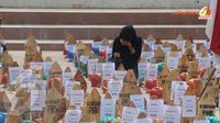 Aksi solidaritas itu terkait dengan Pemutusan Hubungan Kerja (PHK) terhadap para pekerja tambang di Indonesia. Tampak salah satu simpatisan tampak memegangi salah satu makam sebagai simbol kesedihan terhadap nasib pekerja tambang (Liputan6.com/Andrian M T