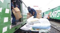 Petugas Rail Express tengah melakukan bongkar muat barang yang hendak dikirim. (sumber foto : Humas PTKA Daop 2 Bandung)