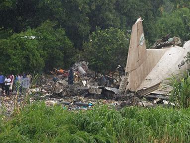 Tampak ekor pesawat kargo buatan Rusia beserta puing - puing yang berserakan di wilayah Juba, Sudan Selatan, Rabu (4/11/2015). Pesawat buatan Rusia yang jatuh tersebut menewaskan sedikitnya 25 orang. (AFP PHOTO/Charles Lomodong)