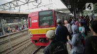 Calon penumpang menunggu keberangkatan KRL Commuter Line Bogor-Jakarta di Stasiun Tanah Abang, Jakarta, Minggu (29/12/2019). PT KCI menambah 28 perjalanan KRL tambahan khusus perayaan pergantian tahun. (Liputan6.com/Faizal Fanani)