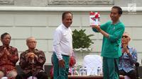 Presiden Jokowi memberi buku kepada Menristek Dikti, Muhammad Nasir saat Peluncuran Program Penguatan Pendidikan Pancasila di Istana Bogor, Jawa Barat, Sabtu (12/8). (Liputan6.com/Angga Yuniar)