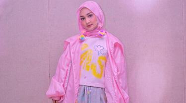 Wanita 23 tahun ini punya gaya outfit yang colorfull. Dengan penampilannya yang dominan warna pink, penampilan gadis kelahiran Jakarta ini pun terlihat ceria ya! (Liputan6.com/IG/@fatin30)