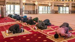 Petugas masjid melaksanakan salat Jumat dengan menerapkan jaga jarak aman saat Ramadan di Masjid Negara Malaysia, Kuala Lumpur, Malaysia, Jumat (15/5/2020). Pemerintah Malaysia mengizinkan salat berjemaah di masjid setelah sebelumnya dilarang karena pandemi virus corona COVID-19. (Mohd RASFAN/AFP)
