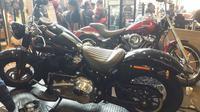 Motor Harley yang dipamerkan di showroom Anak Elang Jakarta dalam HUT ke-1