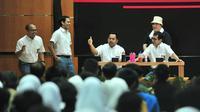 Nadiem Makarim dan Wishnutama tampil berseragam SMA, sedangkan Erick Thohir berpenampilan tukang bakso urat (Dok.Instagram/@sekretariat.kabinet/https://www.instagram.com/p/B51phbDg4c3/Komarudin)