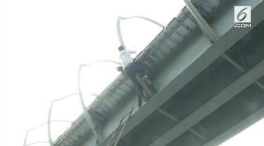 Polisi lalu lintas berhasil menggagalkan upaya bunuh diri seorang pria di India. Insiden itu terjadi di sebuah jembatan di wilayah Raipur.