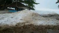 Gelombang setinggi 5 meter di pantai Santolo Garut, Jawa Barat (Liputan6.com/Jayadi Supriadin)