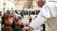 Paus Fransiskus bertemu dengan dua anak yang menggunakan pakaian adat Yogyakarta (instagram: franciscus)