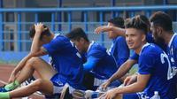Kim Jeffrey Kurniawan berlatih bersama rekan satu tim di Persib. (Bola.com/Muhammad Ginanjar)