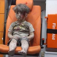 Omran Daqneesh, salah satu dari 5 bocah yang terluka dari serangan udara di Qaterji. (Via: twitter.com/rafsanchez)