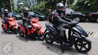 Pengendara dari ITS menggunakan motor listrik GESITS saat seremoni pelepasan 'GESITS Tour de Jawa Bali' di Jakarta, Senin (7/11). Beberapa pengendara dari ITS dilepas Menristekdikti Mohammad Nasir menggunakan lima unit GESITS. (Liputan6.com/Helmi Afandi)