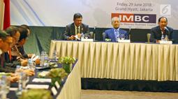 PM Malaysia, Mahathir Mohamad (tengah) dan Ketua IMBC Tanri Abeng (kanan) saat melakukan pertemuan di Hotel Grand Hyatt Jakarta, Jumat (29/06). Pertemuan membahas peningkatan perdagangan dan investasi kedua Negara. (Liputan6.com/HO/Ismail)
