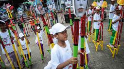 Egrang yang dihias warna-warni menyemarakkan pemecahan rekor dunia egrang yang termasuk dalam rangkaian penyelenggaraan TAFISA World Games 2016 di Kemayoran, Jakarta, Sabtu (8/10). Pemecahan rekor dunia ini diikuti 2.016 anak. (Liputan6.com/Faizal Fanani)