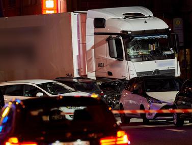 Truk Curian Tabrak Mobil di Jerman
