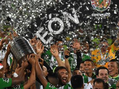 Pemain Atletico Nacional Kolombia merayakan gelar juara Copa Libertadores 2016 di Stadion Atanasio Girardot, Medellin, Kolombia. (AFP/Luis Acosta)