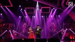 Duet Iwan Fals dan Via Vallen menyanyikan lagu dangdut pada Konser Raya 23 Tahun Indosiar di JCC, Jakarta, Kamis (11/1). Iwan Fals untuk pertama kalinya akan ditantang menyatukan diri dengan Indosiar. (Liputan6.com/Helmi Fithriansyah)