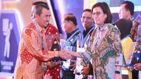 Bupati Siak Syamsuar menerima penghargaan dariMenteri Keuangan Sri Mulyani atas capaianLaporan Keuangan Wajar Tanpa.