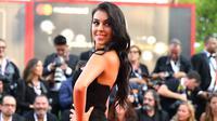 Kekasih striker Juventus Cristiano Ronaldo, Georgina Rodriguez berpose di karpet merah saat tiba menghadiri Festival Film Venice ke-75 di Venice, Italia, (29/8). Georgina Rodriguez tampil seksi dengan gaun hitam. (AFP Photo/Vincenzo Pinto)