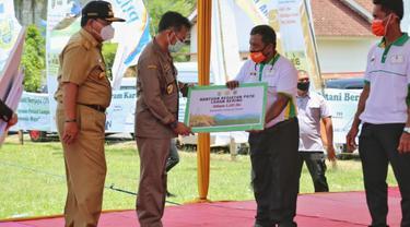 Menteri Pertanian Syahrul Yasin Limpo meluncurkan Kartu Petani Berjaya (KPB) di Desa Tempuran, Kecamatan Trimurjo, Kabupaten Lampung Tengah, Selasa (6/10/2020).