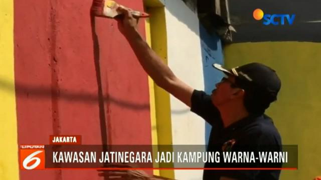 Selain cat warna-warni Camat Jatinegara juga akan membuat mural di Stasiun Kereta Jatinegara.