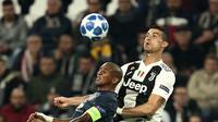 Penyerang Juventus, Cristiano Ronaldo (kanan) berduel dengan Ashley Young, Kamis (8/11/2018) dini hari WIB, di Juventus Stadium.  (AFP / Isabella Bonotto)