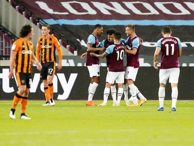 Para pemain West Ham United merayakan gol yang dicetak oleh Sebastien Haller ke gawang Hull City pada laga Piala Liga Inggris di Stadion London, Rabu (23/9/2020). West Ham menang dengan skor 5-1. (AP/Alastair Grant, Pool)