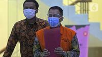 Mantan Direktur Pemeriksaan dan Penagihan Dirjen Pajak tahun 2016-2019, Angin Prayitno Aji (kanan) usai pemeriksaan di Gedung KPK, Jakarta, Rabu (18/8/2021). Angin Prayitno Aji merupakan tersangka penerimaan suap dalam penyesuaian pajak tiga perusahaan wajib pajak. (Liputan6.com/Helmi Fithriansyah)